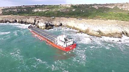 Вижте как изглежда заседналия кораб край Камен бряг