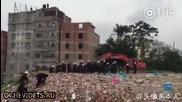 Багер буквално закова джипа към земята ,на протестиращ в Китай!!