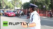 Индийски полицай регулира уличния трафик с импровизирана лунна походка
