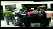 20 крадци отмъкват 2 банкомата