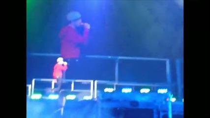 Justin Bieber плаче докато изпълнява песента Down to Earth{live in Cincinnati}