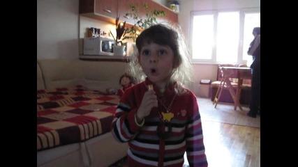 Аз пея, пък тати ме снима