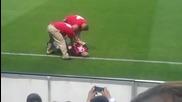 Фен нахлу на терена, за да нацелува Роналдиньо