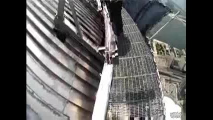 група мениджъри се разхождат по ръба на Cn Tower 1168 фута над земята