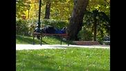 Как се спи на пейка :d