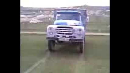 - Камион се вдига на 2 гуми!