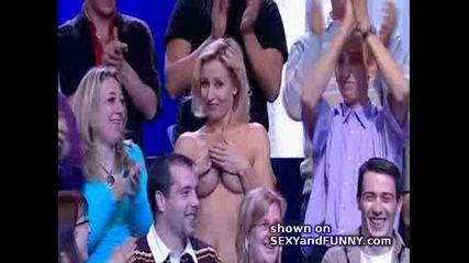 Мъж сваля роклята на мацка в френската телевизия