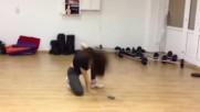Современный танец танцует спортивная девушка. Образец современного танца.
