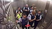 Полицаи създават музика в асаньор