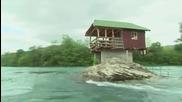 Удивителна къща в бурна река!