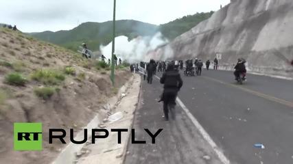 Протестиращите против отвличанията на студенти в Мексико блокираха полицаите в тунел