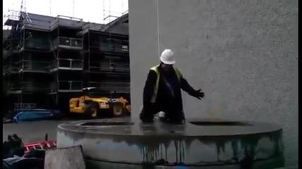 Строителни работници играят на Whack-a-mole