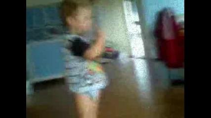 3 годишно бебе свири на китара