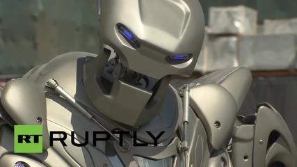 Русия: Вижте песента на робота Титан пред Болшой театър