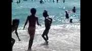Циганче се плаши от вода,страх го е да се изкъпе
