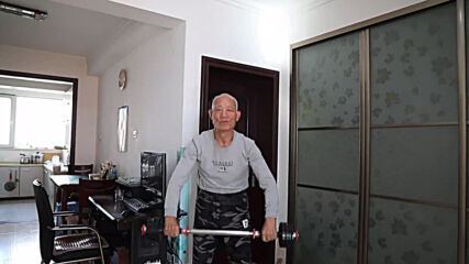 77 y/o Chinese veteran spins on horizontal bar and amazes social media with his strength