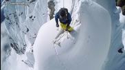 Екстремно ски спускане от стръмна скала