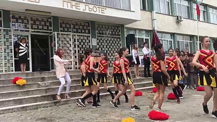Последен мажоретен танц за абитуриентки от Немската гимназия в Бургас