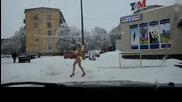 Рускиня се разхожда полугола в снега!