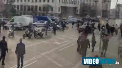 Скачане върху колата на депутата Кутев_ Екшън и на жълтите павета при излизането от Парламента