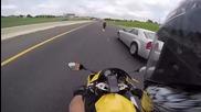 Мотоциклетист минава покрай колегите си с бясна скорост
