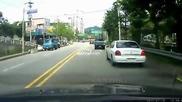 Taxi преминава на червено и преобръща друга кола