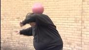 50 годишен мъж показва изключителен контрол върху топката