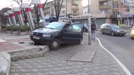 Кола качи на тротоара, по чудо няма пострадали