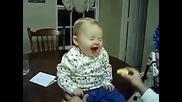 Бебе яде лимон ! смях ! ;д