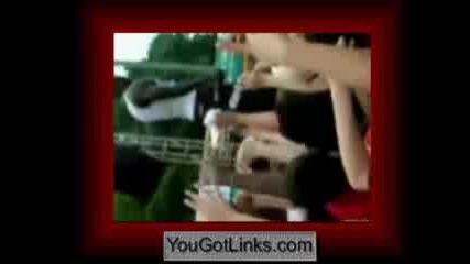 Akon хвърля дете от сцената в публиката
