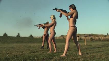 Смях ... Момичета стрелят с оръжия