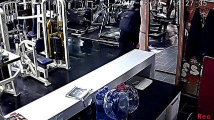 Kражба на мъжка чантичка от фитнес зала