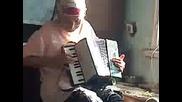 Вижте Бабата на Зики и она е акордеонистка Смях