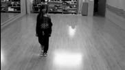 Момче и момиче танцуват невероятно на