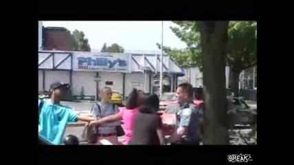 Полицай нокаутира жена