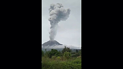 Indonesia: Mount Sinabung spews massive volcanic ash column into sky