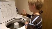 Дете си дрънчи на пералнята