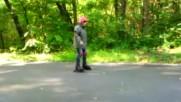 Някой се учи да кара ролери :)
