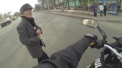 Моторист помага на дядо да пресече улицата