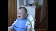 Бебе се смее като възрастен