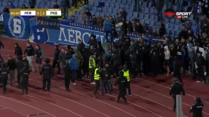 """""""Сините"""" фенове нахлуха на пистата след провокацията на Моци"""