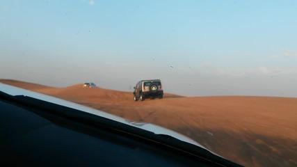 Лудо каране на сафари в пустинята в Дубай