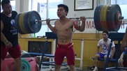 Азиатец прави клек с 226 кг.