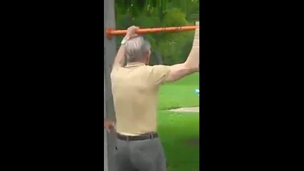 84 годишен старец прави 18 набирания