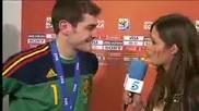 Икер Касияс целува страстно гаджето си - Сара Карбонеро по време на интервю!