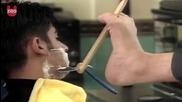 Бръснар, който умее да упражнява професията си с крак