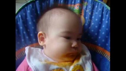Бебе издава смешни звуци