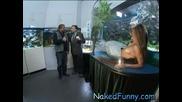 Голи и смешни Русалка в аквариум