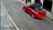 Камера заснема ,какво направи вандал на Порше кабрио в опит за кражба !