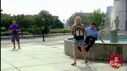 Смях ! Нахално ченге разваля снимката на леко луда туристка и си намира майстора ! Скрита камера !
